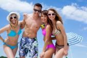 Šťastní lidé na pláži — Stock fotografie