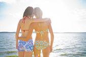 Giovani amiche al mare blu — Foto Stock