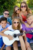 Group of teenagers with guitar — Stock Photo