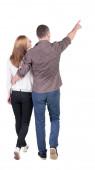 ходьба молодая пара (мужчина и женщина) указывая вид сзади. — Стоковое фото