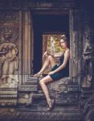 Girl posing in Angkor Wat — Stock Photo