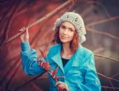Menina no parque outono — Fotografia Stock