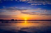 Amazing sunset over lake — Stock Photo