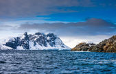 Beautiful snow-capped mountains in Antarctica — Stock Photo