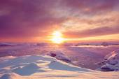 Beautiful violet snow-capped mountains in Antarctica — Stock Photo