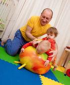 Chłopiec i dziewczynka Zagraj na piętrze przedszkola — Zdjęcie stockowe