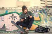 Chico relax en el parque de skate — Foto de Stock