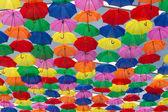 Mnóstwo parasole farbowanie na niebie — Zdjęcie stockowe