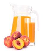Sok z owoców brzoskwini w dzbanek ze szkła — Zdjęcie stockowe