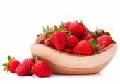 Erdbeeren in holzschale ausschnitt — Stockfoto