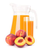 Peach fruit and juice in glass jug — 图库照片