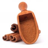 Ground cinnamon powder in spoon — Stock Photo