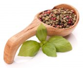Peppercorn mix and basil leaves — Stockfoto