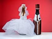 Kırmızı bir background.figurines bir düğün için Hatıra şişe — Stok fotoğraf