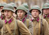 Unidentified soldiers in row — Stock Photo