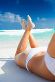Young woman at the beach in tropical beach paradise — Stock Photo