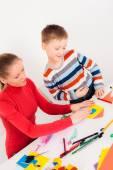 Matka pomoci svého syna, aby dům z papíru — Stock fotografie