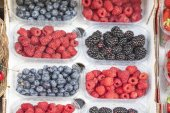 Fresh blueberries, raspberries and blackberries on a market in Italy — Stok fotoğraf