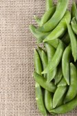 Sugar snap peas on jute — Foto Stock