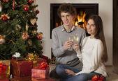 Mutlu genç çift noel iç — Stok fotoğraf