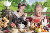 Two cheerful women drinking tea outdoors — Stock Photo