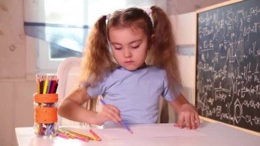 Little girl drawing with pencils — Stock Video