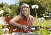 Dziewczyna pięknie hippie z gitara — Zdjęcie stockowe