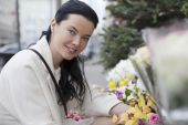 Portrait of young woman in outdoors flower-shop — Stock Photo