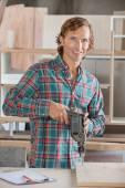 自信を持って大工の木材をドリル — ストック写真