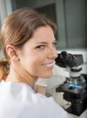 Female Scientist Using Microscope In Lab — Stock Photo