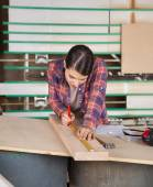Female Carpenter Measuring Wood With Scale — Stock Photo