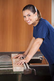Female Carpenter Using Tablesaw In Workshop — Foto de Stock