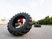 Athlete Lifting Large Tractor Tire — Zdjęcie stockowe