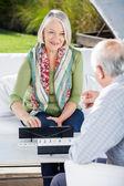 Heureuse femme Senior jeu Rummy avec homme — Photo