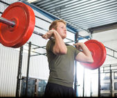 Man Lifting Barbell At Gym — ストック写真