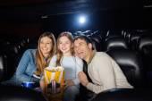 Glad familj njuter av Film i teater — Stockfoto