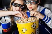 Hermanas con palomitas en el cine en 3d — Foto de Stock
