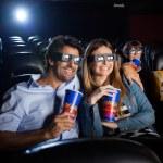 Mutlu çift tiyatro 3D film izlemek — Stok fotoğraf #64123351