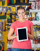 Woman Showing Digital Tablet In Hardware Shop — Stock fotografie
