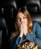 Portret kobiety szoku w kino teatr — Zdjęcie stockowe