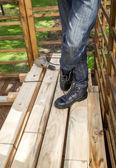 Stavební dělník v pohotovosti vrták na skládané Dřevěná prkna — Stock fotografie