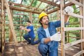 Werknemers in de bouw werkt In houten cabine — Stockfoto