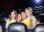Família assistindo filme no cinema — Fotografia Stock