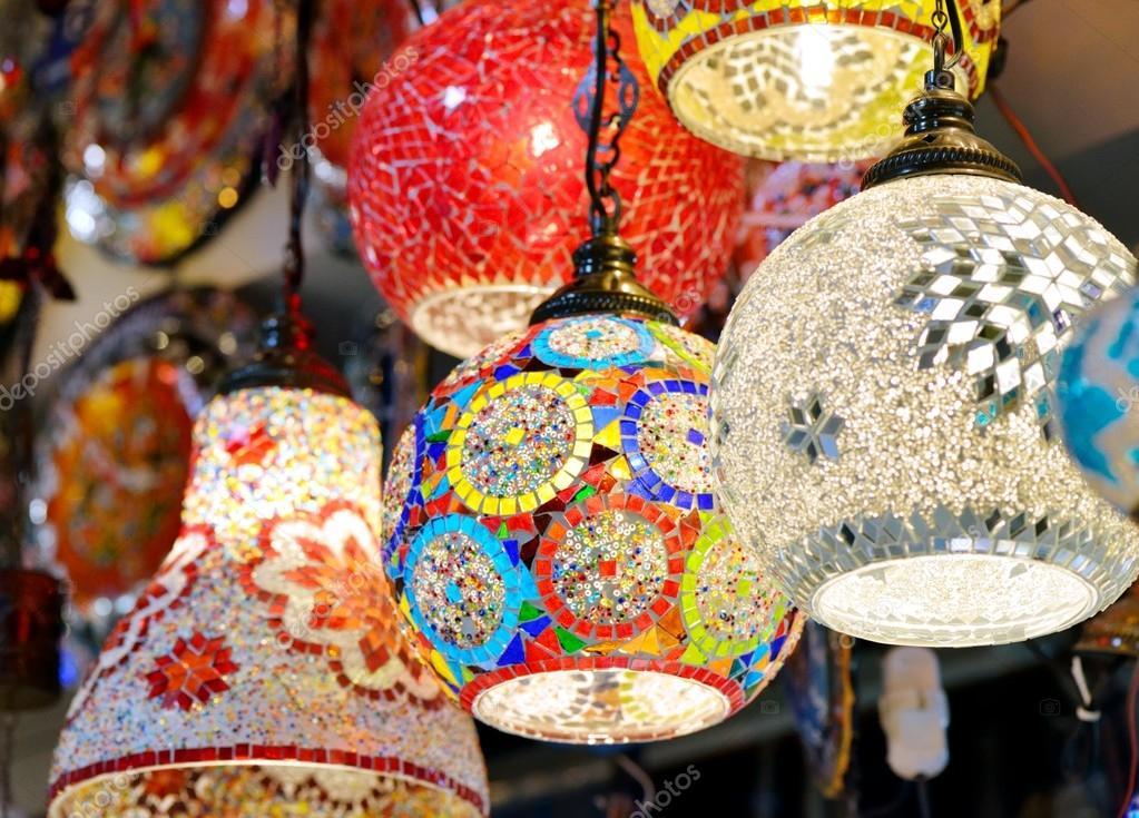 Lampade arabe e lanterne nel mercato aperto — Foto Stock #98126210