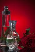 Parfymflaskor med ros — Stockfoto