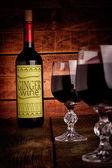 Vinflaska med glasögon — Stockfoto