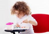 İzole kırmızı sandalye üzerinde oturan duygusal kız — Stok fotoğraf