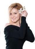 这位金发美女与长长的头发,拿着一朵兰花,孤立 — 图库照片