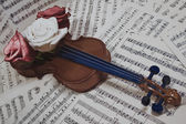 音符とローズの古いバイオリン — ストック写真