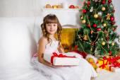 美丽女孩附近装饰的圣诞树,手持白色 — 图库照片